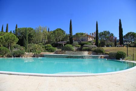 Schöne Landschaft mit dem Swimmingpool, Toskana, Italien Standard-Bild - 84964555