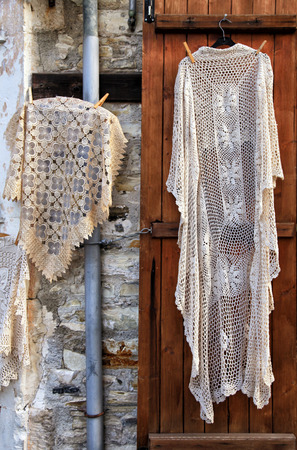 Hand made laces and needlework hang on shop wall, village Pano Lefkara, Cyprus. Banque d'images