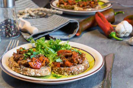 Carne de res con tomates y pimienta en pan frito, herbáceo. Gran cena