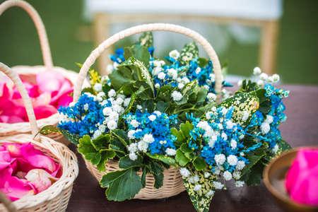 Blaue Blumen In Hochzeiten Verwendet In Einem Weissen Korb