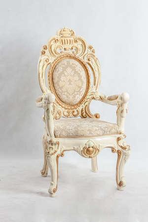高価なパターンを持つ古い椅子。ゴールドとフローラルのパターンを使用します。
