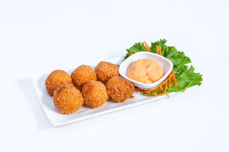 Coated cheese, lueangkrop, white bread chips are available on the white-molding palette as a 6-Konklom, pair with an intense Dip cheesy sauce, empty on the carrot salad with lettuce on the white floor.
