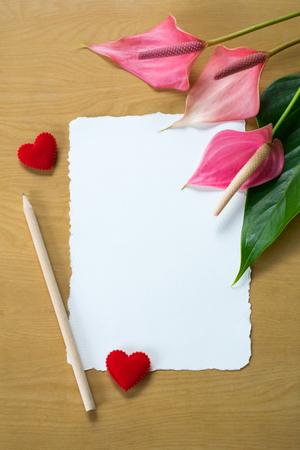 ramo de flores: Flores Anthurium frescas y tarjeta en blanco para el espacio de la copia sobre el fondo de la tabla de madera Foto de archivo