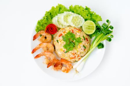 chinesisch essen: Draufsicht; Gebratener Reis der Garnele auf weißem Hintergrund
