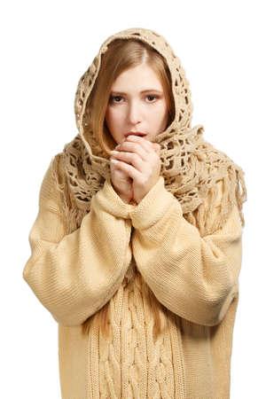 edred�n: Mujer hermosa joven en el edred�n de lana y de punto jersey de respiraci�n para calentar las manos congeladas aisladas sobre fondo blanco
