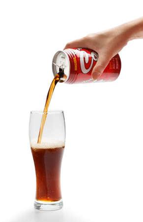 cola canette: KYIV, UKRAINE - 30 SEPTEMBRE 2015. Photo éditoriale de Sangaria Los Angeles Cola boisson non alcoolisée gazeuse par Japan Sangaria Beverage Inc. avec cola coulé en verre isolé sur fond blanc. Éditoriale