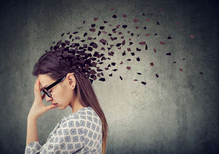 Utrata pamięci spowodowana demencją lub uszkodzeniem mózgu. Młoda kobieta traci części głowy jako symbol osłabionej funkcji umysłu.