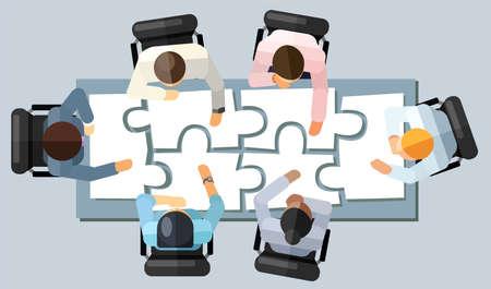 Concetto di brainstorming di strategia di riunione d'affari. Illustrazione vettoriale in una veduta aerea con persone sedute in un ufficio attorno a un tavolo da conferenza risolvendo un puzzle