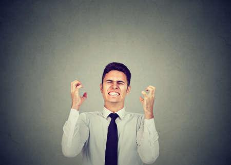 Homme d'affaires en colère criant de frustration et faisant des gestes avec les mains