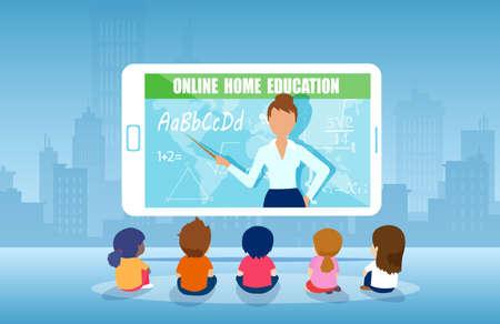 Vektor einer Gruppe von Kindern, die Online-Lehrerklasse auf Tablet-Computer beobachten. Internet-Bildung zu Hause Programmkonzept