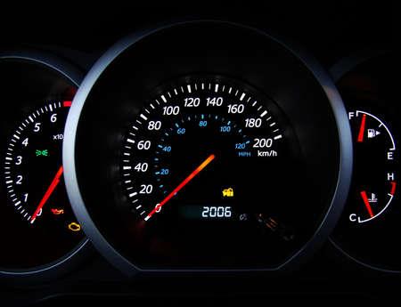 chilometro: Primo piano del cruscotto auto manometri.