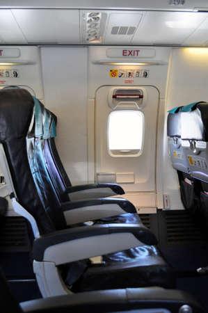 salida de emergencia: Fila de salida de emergencia. Cabina de pasajeros de un avi�n comercial. Foto de archivo