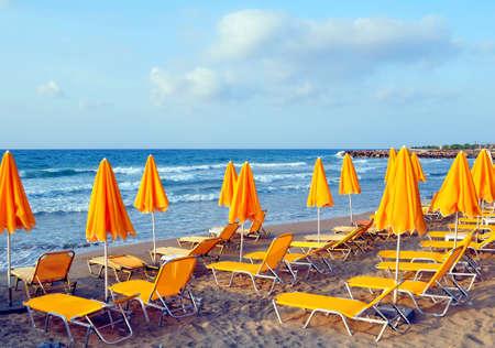 夏: サンベッドと地中海のビーチ パラソル