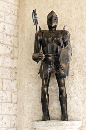 caballero medieval: Imagen de una armadura de caballero medieval de pie. Foto de archivo
