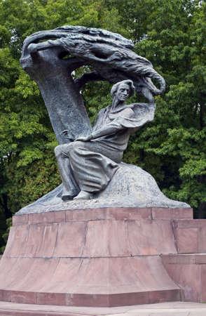 frederic: Monumento, Frederic Chopin buscando inspiraci�n bajo un Sauce en Varsovia, Polonia. Foto de archivo