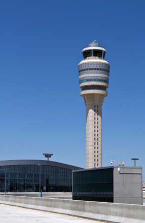 空港管制タワーおよびターミナル。