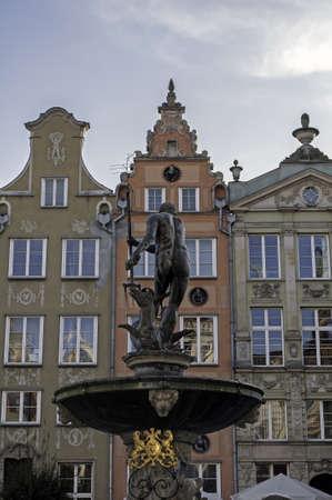neptuno: Fuente de Neptuno en el casco antiguo de Gdansk, Polonia. Arquitectura polaca tradicional.