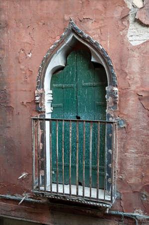 balcony door: Una vieja puerta de la terraza en Venecia, Italia