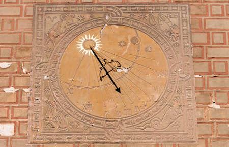 reloj de sol: Reloj de sol, reloj solar en el casco antiguo de Varsovia, Polonia Foto de archivo