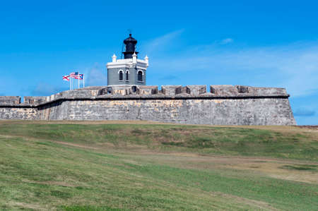 bandera de puerto rico: Faro en el Castillo de San Felipe del Morro, en el Viejo San Juan, Puerto Rico.
