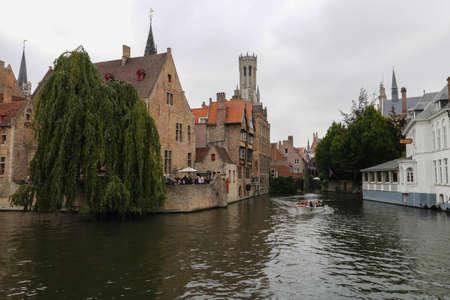 Brugge kanaal bewolkt Stockfoto - 85974007
