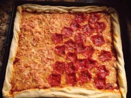 Un gourmet delicioso crujiente hogar hizo la pizza delgada queso asadero con parmesano queso mozzarella bajo un montón de jamón rodajas de pepperoni. Foto de archivo - 20688173