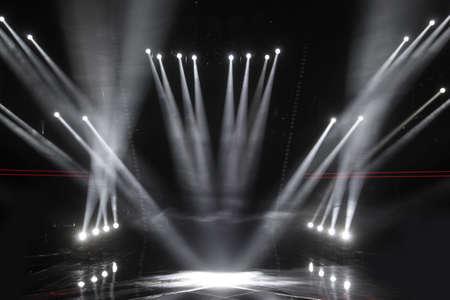 Riflettori in un palcoscenico vuoto