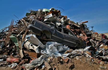 scrap metal: rottami di metallo, plastica e cielo blu