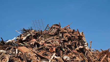 junkyard: Oxidado desechados piezas de metal en el dep�sito de chatarra
