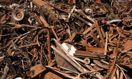 junkyard: Rusted descartan piezas de metal en Junkyard