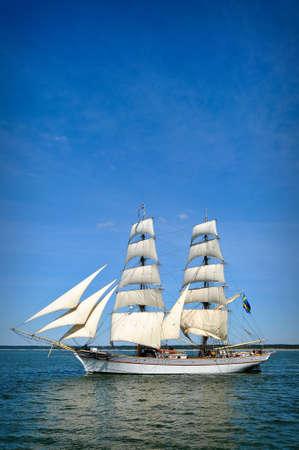 going out: Barca a vela andando fuori dal porto con le vele al completo