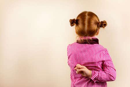 mani incrociate: Ragazza redhead elegante con occhiali contro sfondo leggermente viola mostrando varie expresions facciale e copia incolla lo spazio