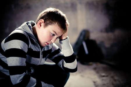 wanhopig: Portret van jonge teenaiger in wanhoop tegen grunge achtergrond 4 lichtbronnen