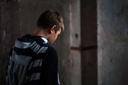 in trouble: Retrato de joven teenaiger en desesperaci�n contra fuentes de luz de fondo 4 de grunge