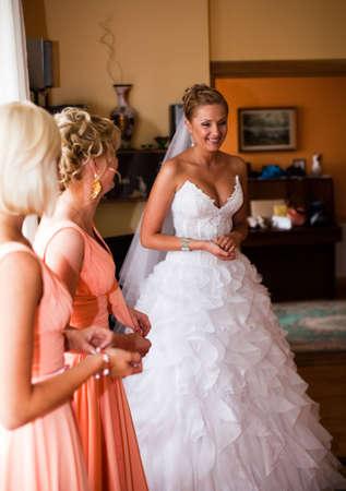Natural looking portrait of bride with floers bouquet Standard-Bild