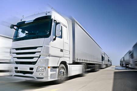 Современные грузовика на дороге добавил размытость