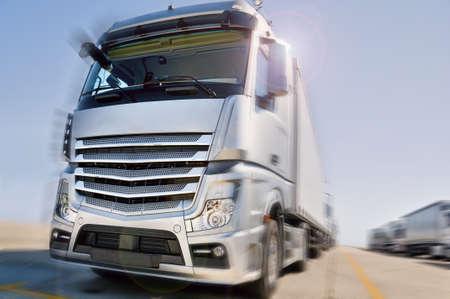 Современные европейские грузовики с полуприцепами конвой драматической дороге Фото со стока