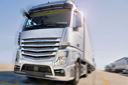 Camión Europeo moderno con el camino convoy semirremolques dramático