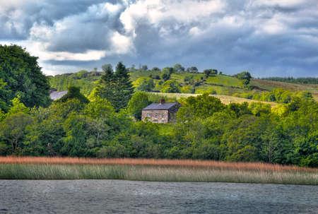 the boat on the river: Ver a la caba�a irlandesa de barco por el r�o Shanon Foto de archivo