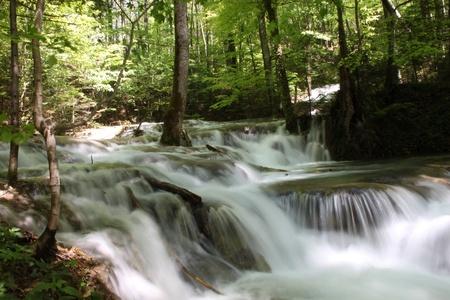 cascades: prachtige waterval in het voorjaar in de bergen
