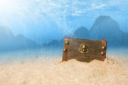 sumergido: Foto del cofre del Tesoro sumergido bajo el agua con rayos de luz