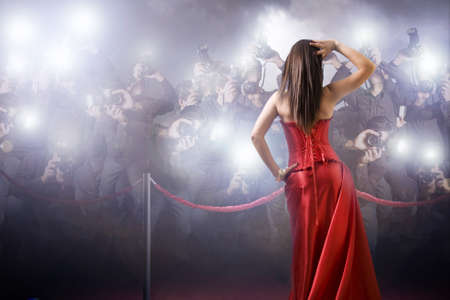 célèbre femme posant devant des paparazzi Banque d'images