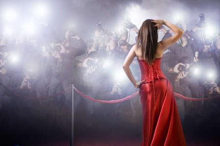 donna famosa in posa di fronte paparazzi Archivio Fotografico