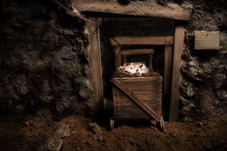 鉱山およびトロリー ラウンドブリリアント カットの石の完全に古いのパースペクティブで表示中