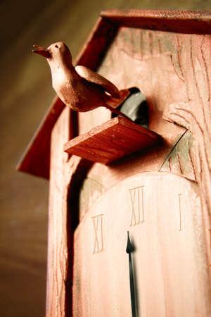cuckoo clock: foto de reloj cuc� que representa el tiempo