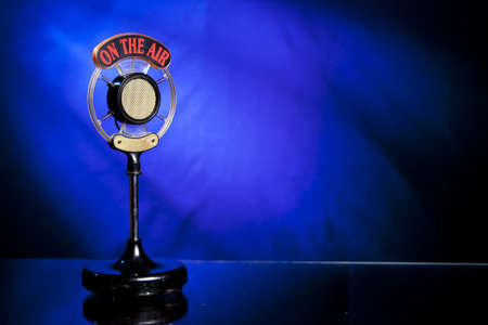 relaciones publicas: micr�fono de radio sobre fondo azul Foto de archivo