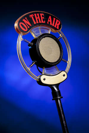 hablar en publico: micr�fono de radio sobre fondo azul Foto de archivo