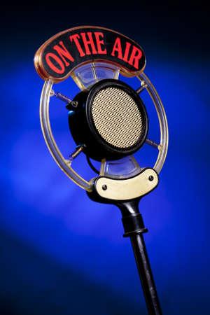 relations publiques: microphone radio sur fond bleu