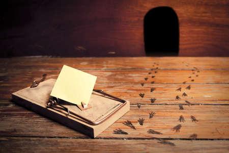 mousetrap: trappola per topi attivato con un messaggio vuoto invece di formaggio Archivio Fotografico