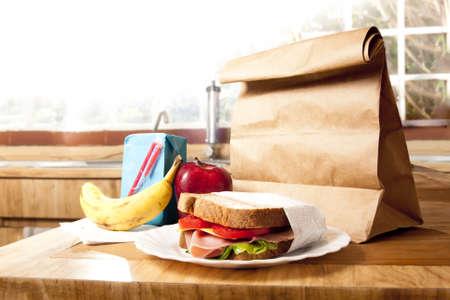 lunchen: heerlijke en gezonde school lunch met papieren zak